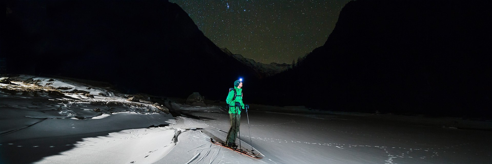 Stephan Verheij splitboarding under the stars