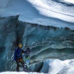Maarten van Komen bij de gletsjer