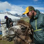 Splitboard expedition Mongolia - Cuddling with camels - Pic: Seb Jam